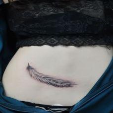 个性女生纹身腹部羽毛图案大全