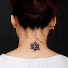 小巧时尚背部六角星纹身图案大全