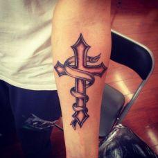 手臂纹身十字架小图案刺青