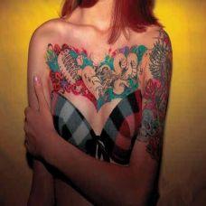 性感女郎胸前纹身图案大全