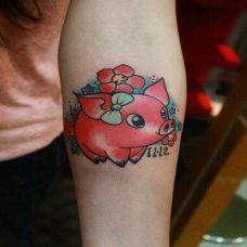 手臂上粉红色小猪纹身图片