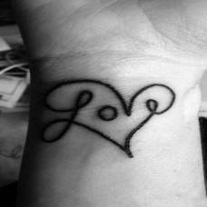 手臂黑白英文love纹身图案