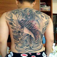 满背上色鲤鱼纹身图案