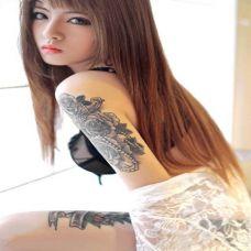 性感美女大臂玫瑰花纹身图片