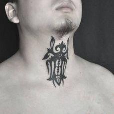 男士颈部蜜蜂图腾纹身图案