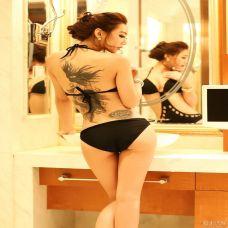 性感蕾丝裙美女背部艺术纹身图片