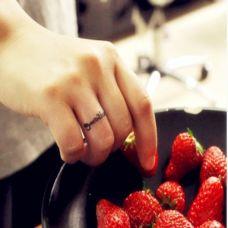 女生手指英文戒指纹身图案