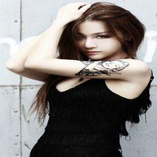 牛仔短裤美女手臂纹身图片