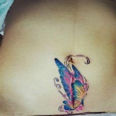 剖腹产女性最爱的腹部彩色蝴蝶纹身