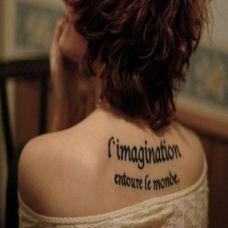 性感女生背部英文字母纹身图案