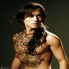 霸气肌肉男个性纹身图片