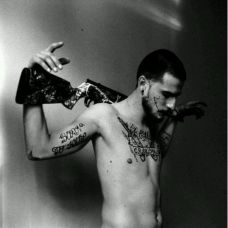 帅气型男黑白纹身图片