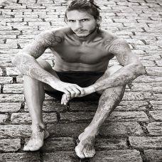 欧美型男黑白纹身图片
