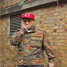 街拍时尚型男个性纹身图片