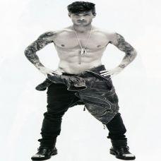 欧美胡渣型男黑白纹身图片