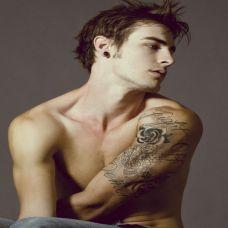 欧美型男彩色时尚纹身图片