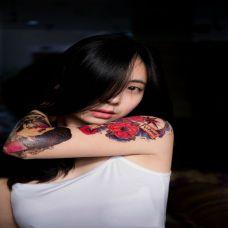 妖娆美女手臂彩色纹身图片
