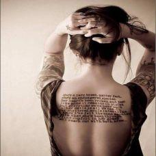 外国女生背部一大片英文纹身图片