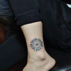 男生脚踝太阳图腾纹身图片