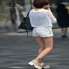 街拍短裙美女手臂纹身图片
