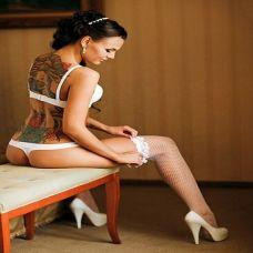 妖娆美女背部彩色纹身图片
