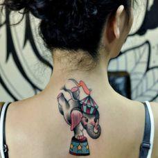 女生背部卡通大象纹身图案