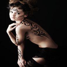 性感美女背部纹身图片