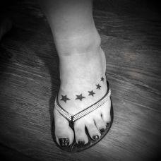 脚背五角星纹身图片