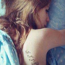 欧美女生背部黑白独特英文纹身图案