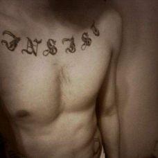 男生胸前个性字母纹身图案