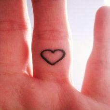 漂亮手指爱心纹身图片