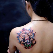 女生肩部卡通猴子纹身图片