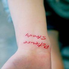 女生手腕红色英文纹身图案