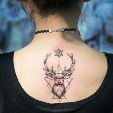 美女个性的背部麋鹿纹身图案