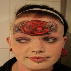 女性个性的额头玫瑰纹身图案