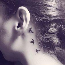 女生纹身耳朵后面图片素材