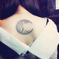 女生背部月亮图腾纹身图案