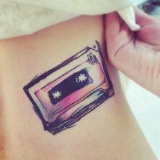女人侧腰部好看磁带纹身图案