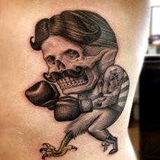 腰上搞笑的拳击手纹身图案