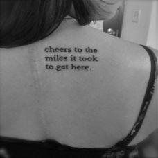 女生后背小巧可爱的英文纹身图案