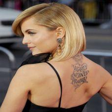 欧美明星背部英文纹身图片