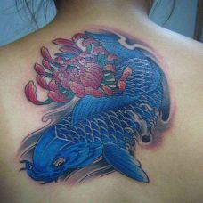 背部蓝色鱼纹身图片
