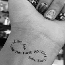 手腕个性好看的黑白英文纹身图案大全