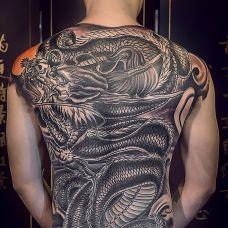 龙纹身图案背部图片