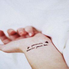 手腕部漂亮小小的英文字母纹身图案