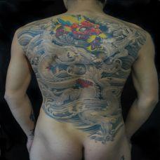 满背生动的石裂龙纹身图案