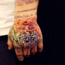手背炫丽的泼墨纹身