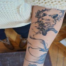 手臂纹身个性女生图片