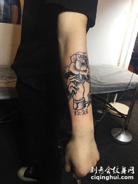 手拿玫瑰,手臂玫瑰花纹身图案