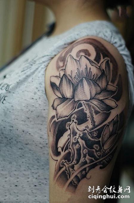 莲香满怀,手臂个性黑灰莲花纹身图案